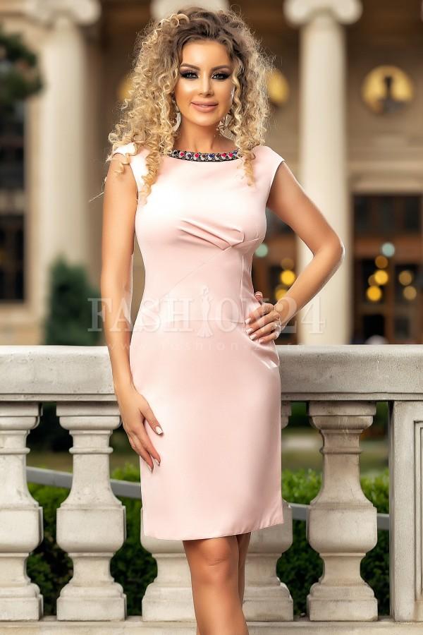 Rochie midi roz accesorizata