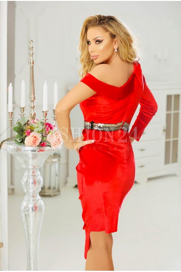 Rochie rosie din catifea cu accesoriu auriu in talie