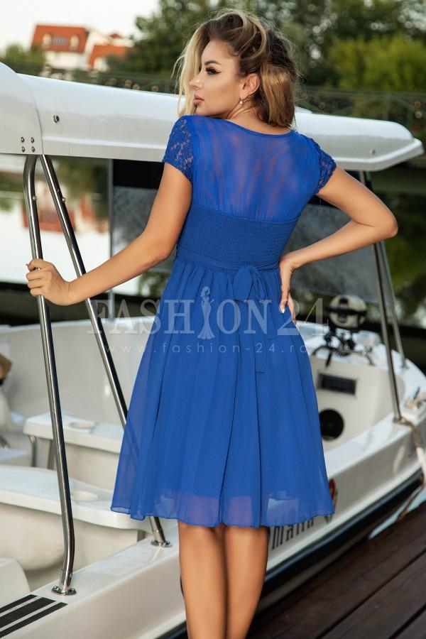 Rochie albastra usor in clos cu broderie la baza gatului