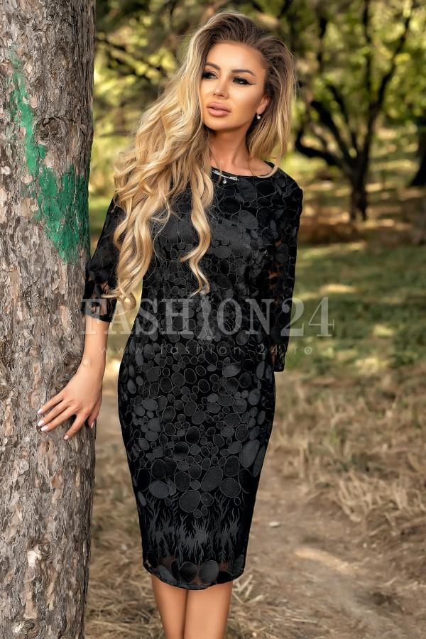 Rochie eleganta neagra accesorizata cu un colier