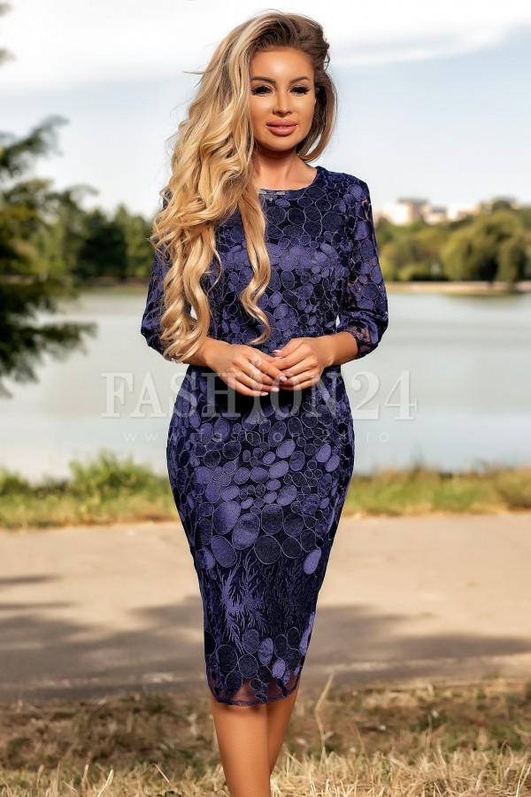 Rochie eleganta bleumarin accesorizata cu un colier