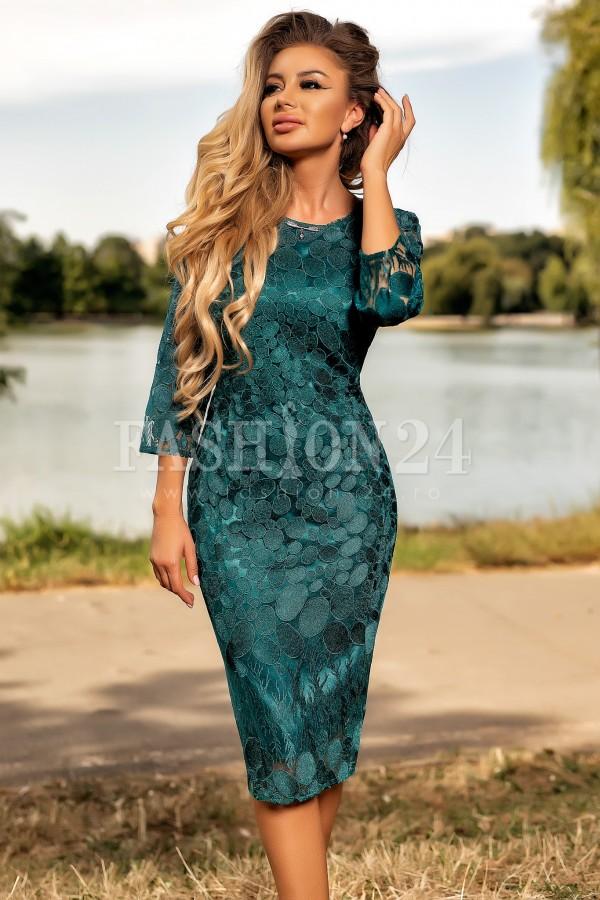 Rochie eleganta verde accesorizata cu un colier