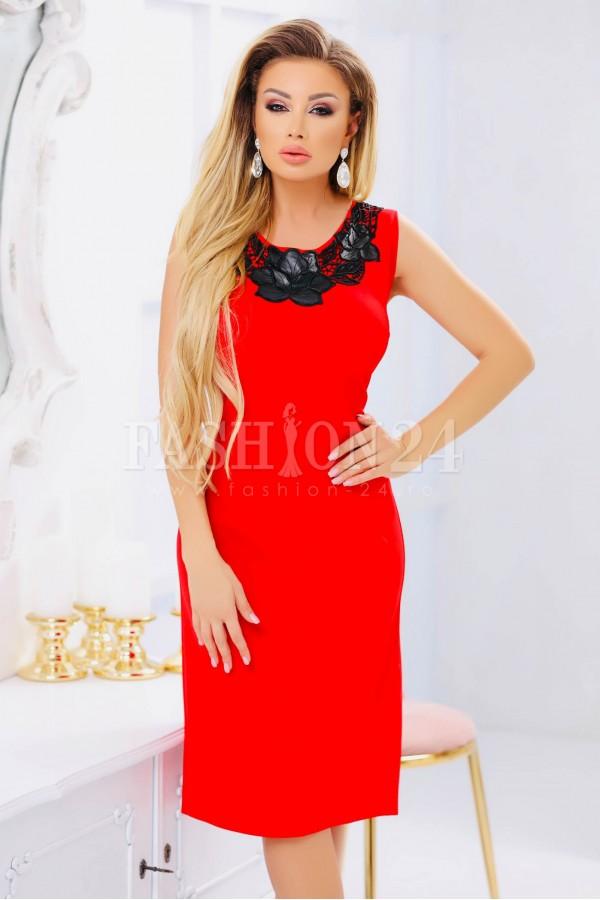 Rochie de seara rosie multa pe corp cu broderie